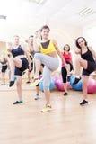 Fünf kaukasische weibliche Athleten, die das Ausdehnen von Übungen in der Turnhalle haben lizenzfreie stockfotos