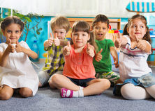 Fünf kleine Kinder mit den Daumen oben Lizenzfreie Stockfotos