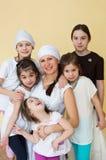 Fünf kleine Mädchen und Frauen in der Sportkleidung stockfotografie