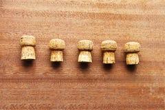 Fünf Korken von der ChampagnerKorkeiche zeichneten die Mitte der hölzernen Planken Lizenzfreies Stockfoto
