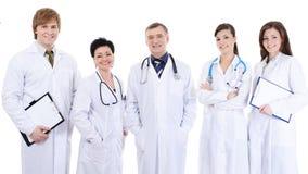 Fünf lachende erfolgreiche Doktoren, die zusammen stehen Lizenzfreie Stockfotos