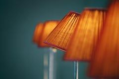 Fünf Lampenschirme gegen blauen Hintergrund Stockbild
