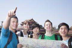 Fünf Leute, die Karte mit Tiananmen-Platz im Hintergrund betrachten. stockfotos