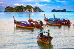 Fünf kleine Boote auf Meer Lizenzfreie Stockbilder