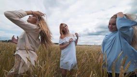 Fünf Mädchen mit dem langen blonden Haar auf einem Gebiet des goldenen Weizens Lächeln, die Kamera betrachtend stock video footage