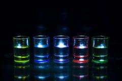Fünf mehrfarbig voll von Getränkschnapsgläser symmetrisch plac lizenzfreie stockfotografie
