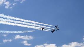 Fünf Militärpropellerflugzeuge, die in die Gruppe fliegen Stockfotografie