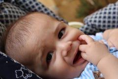 Fünf Monate alte Baby, die im Kinderwagen spielen Lizenzfreies Stockfoto