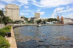 Fünf Monate für Olympics verfehlend, ist das Guanabara-Buchtwasser faul Lizenzfreie Stockfotos