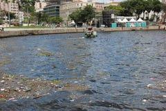 Fünf Monate für Olympics verfehlend, ist das Guanabara-Buchtwasser faul Stockbild