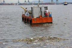 Fünf Monate für Olympics verfehlend, ist das Guanabara-Buchtwasser faul Stockfotografie