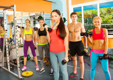 Fünf nette junge Leute im Fitness-Club Lizenzfreies Stockbild