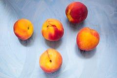 Fünf Pfirsiche am Türkishintergrund lizenzfreie stockfotos