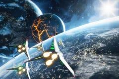 Fünf Raumschiffe, die zum Einsturzplaneten fliegen Elemente dieses Bildes geliefert von der NASA Lizenzfreies Stockbild