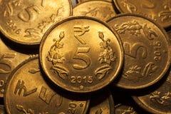 Fünf-Rupien-Münze mit Goldfarbe Stockbild