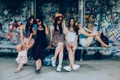Fünf schöne junge entspannende Mädchen Lizenzfreies Stockfoto