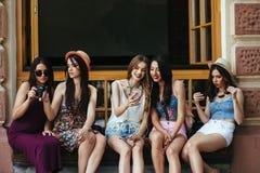 Fünf schöne junge entspannende Mädchen Stockfotos