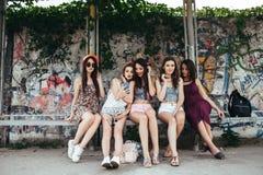 Fünf schöne junge entspannende Mädchen Stockfoto