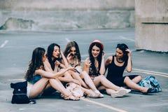 Fünf schöne junge entspannende Mädchen Lizenzfreie Stockbilder