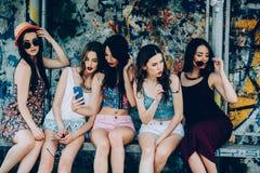 Fünf schöne junge entspannende Mädchen Lizenzfreie Stockfotos