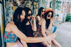 Fünf schöne junge entspannende Mädchen Stockbild