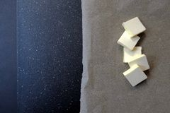 Fünf Scheiben Butter auf einem dunklen Hintergrund, Draufsicht lizenzfreie stockfotos