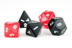 Fünf schwarz und rote Würfel auf Weiß Lizenzfreie Stockfotografie