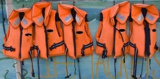 Fünf Schwimmwesten in einer Reihe Stockfoto