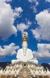 Fünf sitzende Buddha-Statuen bei Wat Pha Sorn Kaew Stockfotos