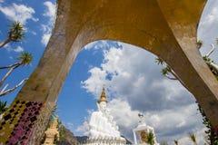 Fünf sitzende Buddha-Statuen bei Wat Pha Sorn KaewWat Phra Thart Pha Kaewin Khao Kho, Phetchabun, Norden-zentrales Thailand Lizenzfreie Stockfotos