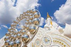 Fünf sitzende Buddha-Statuen bei Wat Pha Sorn KaewWat Phra Thart Pha Kaew Lizenzfreie Stockfotos