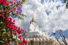 Fünf sitzende Buddha-Statuen bei Wat Pha Sorn KaewWat Phra Thart Pha Kaewin Khao Kho, Phetchabun, Norden-zentrales Thailand Stockbild