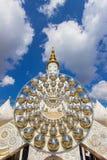 Fünf sitzende Buddha-Statuen und Kreisarchitektur bei Wat Pha Sorn KaewWat Phra Thart Pha Kaewin Khao Kho, Phetchabun, Nordencer Stockfoto