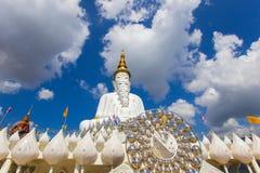 Fünf sitzende Buddha-Statuen und Kreisarchitektur bei Wat Pha Sorn KaewWat Phra Thart Pha Kaewin Khao Kho, Phetchabun, Nordencer Stockbild