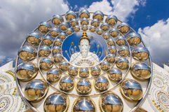Fünf sitzende Buddha-Statuen und Kreisarchitektur bei Wat Pha Sorn KaewWat Phra Thart Pha Kaewin Khao Kho, Phetchabun, Nordencer Lizenzfreie Stockfotos