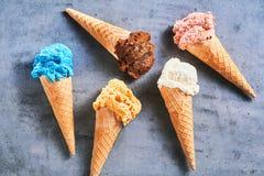 Fünf sortierte Aromen der feinschmeckerischen SommerEiscreme stockfoto