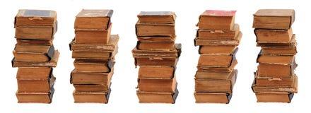 Fünf stapelten alte Bücher Stockfotos