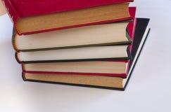 Fünf Staplungsbücher lizenzfreie stockbilder