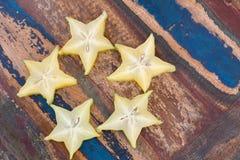 Fünf Sterne Carambola auf Holztisch stockfotografie
