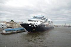 Fünf-Sternekreuzschiff Azamara-Suche am bewölkten Juni-Tag des englischen Dammes St Petersburg Lizenzfreies Stockfoto