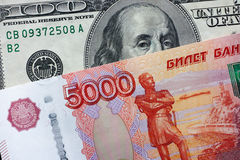 Fünf tausend Rubel und hundert Dollar Stockbild