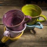 Fünf Teetassen in zwei Stapeln Lizenzfreies Stockbild