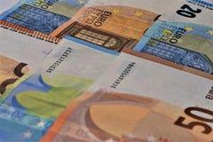 Fünf, 10 und fünfzig Eurobanknoten Banknoten der Europäischen Gemeinschaft lizenzfreie stockfotografie