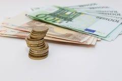 Fünf, 10 und fünfzig Eurobanknoten Münzen gestapelt auf einander Lizenzfreies Stockfoto