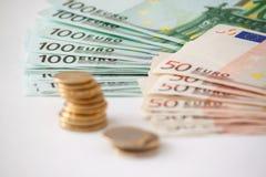 Fünf, 10 und fünfzig Eurobanknoten Münzen gestapelt auf einander auf unterschiedliche Art Lizenzfreie Stockfotos