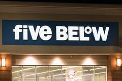 Fünf unterhalb des Zeichens über Eingang nachts Stockfotografie