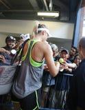 Fünf unterzeichnende Autogramme Zeiten Grand Slam-Meister Maria Sharapovas nach Praxis für US Open 2015 stockbild