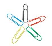 Fünf verschiedene Farbenpapierklammern auf Weiß Stockfotografie