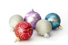 Fünf verschiedene Farbenweihnachtskugeln Stockfotos