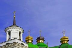 Fünf vier Kreuze, ein Glockenturm mit Kreuz und drei Kreuze Lizenzfreie Stockfotografie